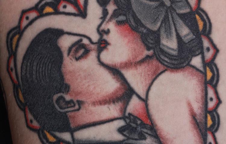 andy-canino-dedication-tattoo-traditional-kissing-couple-man-woman-heart-arm