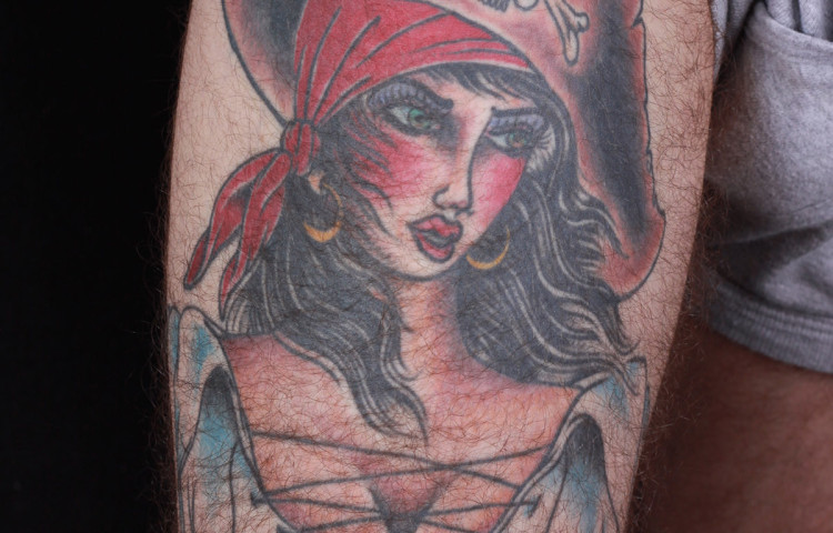 haley-mcmahon-dedication-tattoo-pirate-girl-thigh