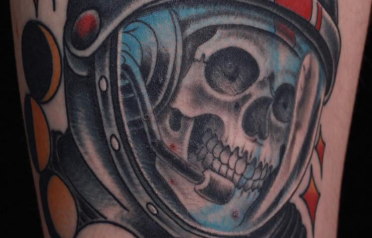 andy-canino-dedication-tattoo-traditional-moon-astronaut-skull-thigh-stars