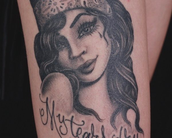 sam-yamini-dedication-tattoo-black-and-grey-girl-script-amy-winehouse-thigh