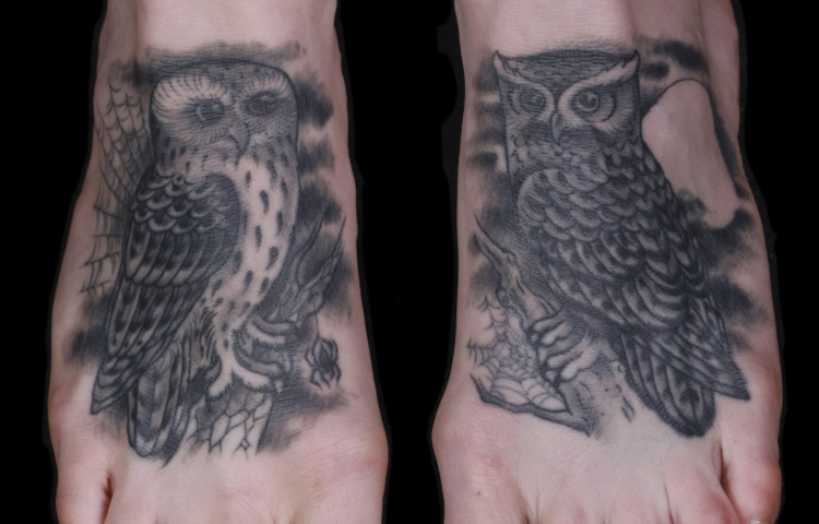 brian-thurow-dedication-tattoo-black-and-grey-owls-feet