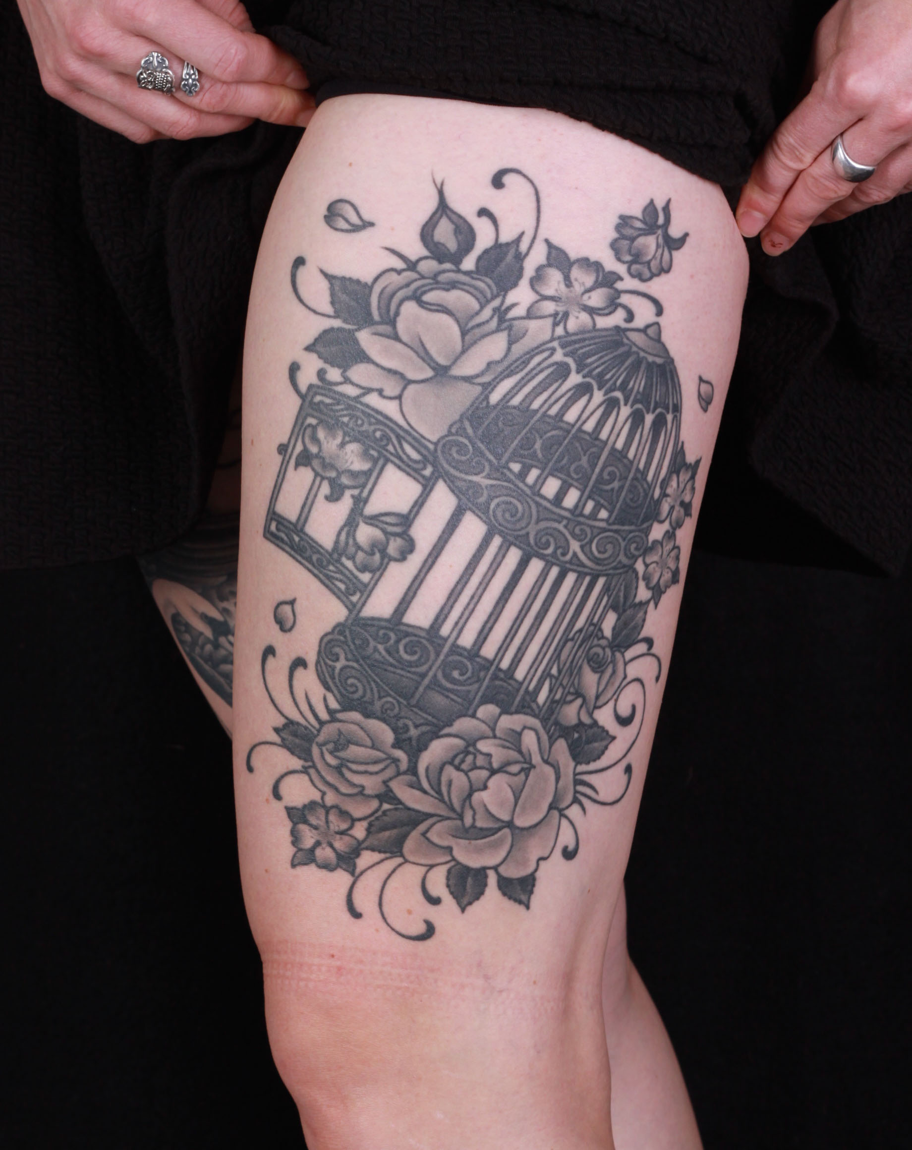 brian-thurow-dedication-tattoo-thigh-black-and-grey-roses-flowers-open-cage